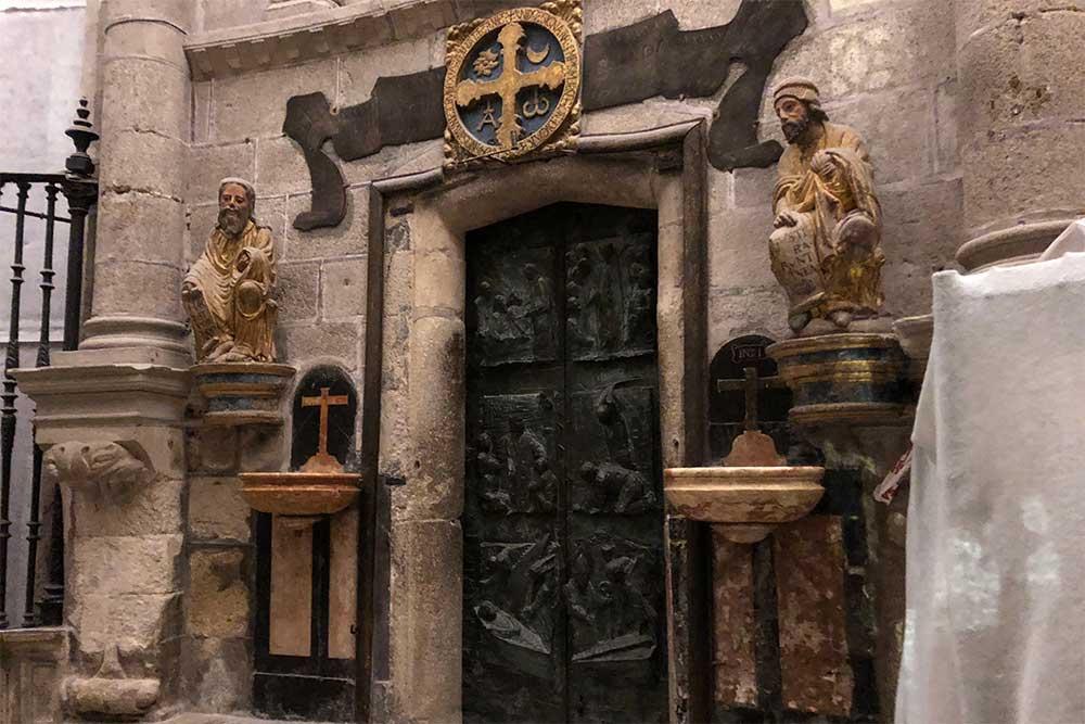 Magnifique porte sculptée dans la Cathédrale de Saint-Jacques de Compostelle