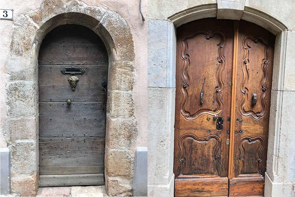 Les maisons du village ont des belles portes sculptées dont les poignées ont une histoire