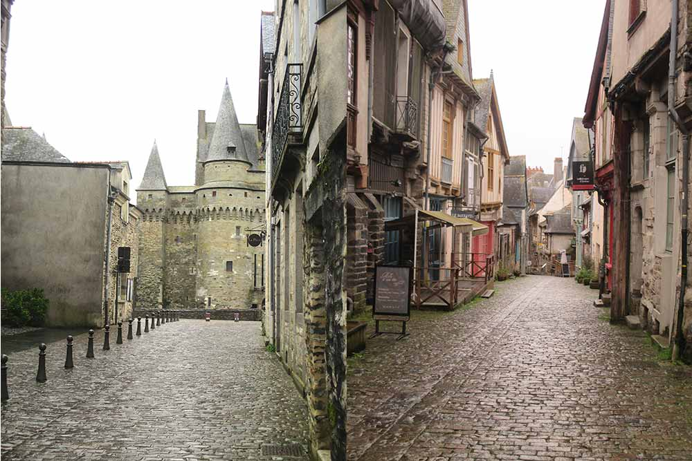 Forteresse - Vue du Château au bout d'une vieille rue et e rue pavée de la vieille ville a conservé ses maisons à pans de bois