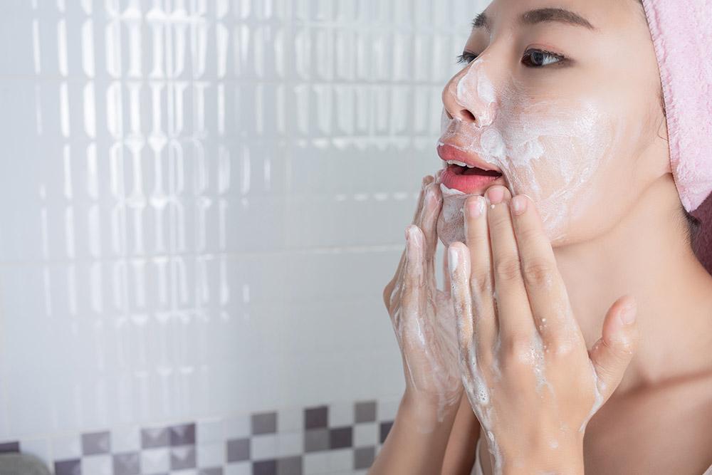 Japonaise qui savonne son visage