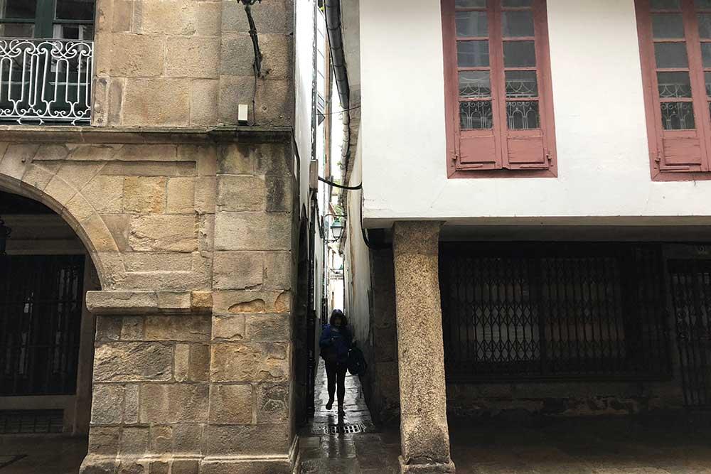 Une rue minuscule dans le centre de Saint-Jacques de Compostelle