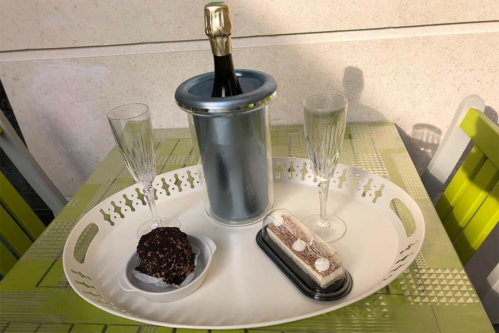 Bouteille de Champagne avec des gâteaux