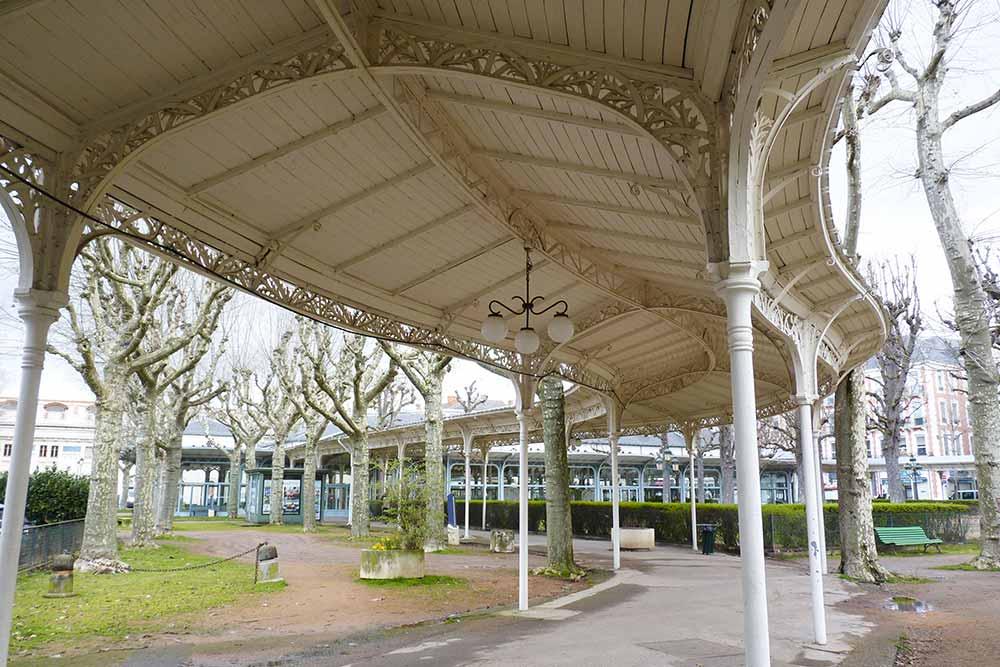 Galerie couverte reliant les différents points du quartier thermal