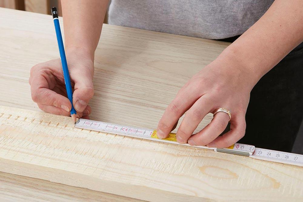 Mesurer les plaques et planches de bois pour le bar du jardin