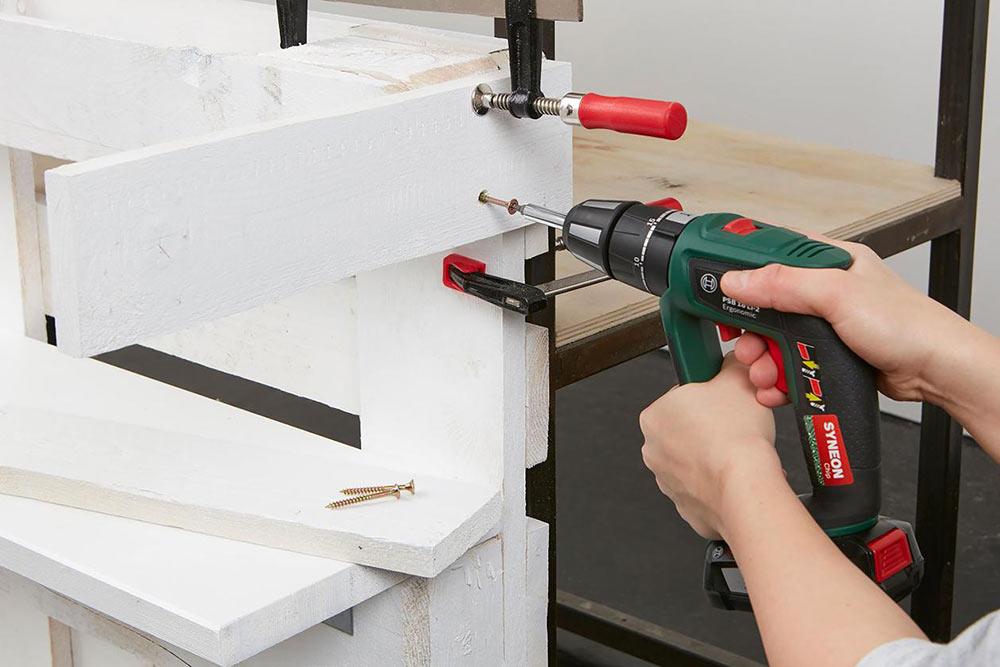 Aménager la palette pour le bar d'extérieur etvisser les panneaux latéraux et le dessus de table