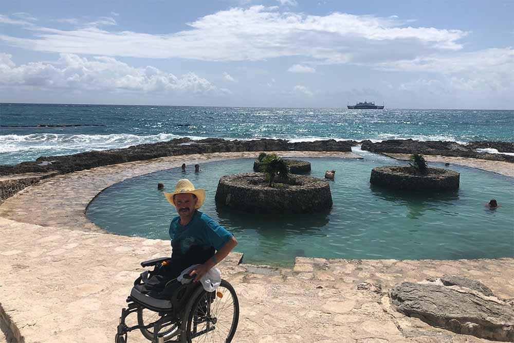 Personne à mobilité réduite - vacances au bord de la mer