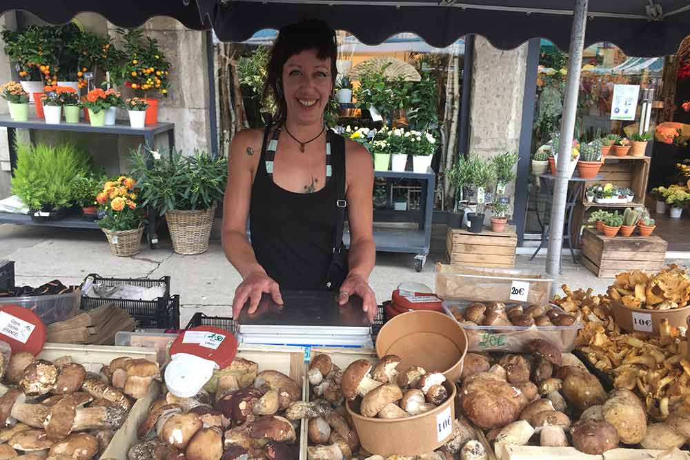 Emilie Lefebvre et son étal Champign'honnête au marché de Vienne