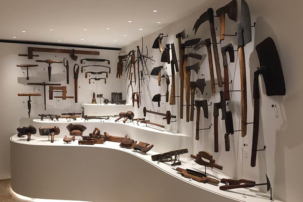 Salle d'outils au musée du Caveau