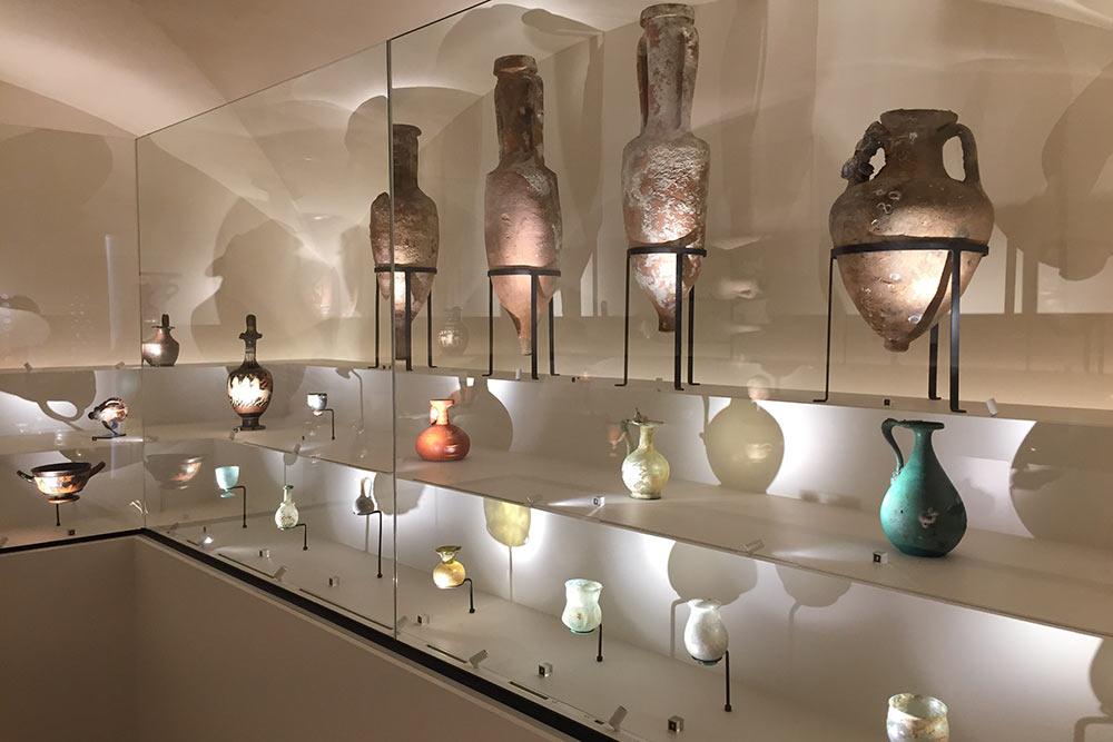 Amphores et flacons de verre romains au musée du Caveau