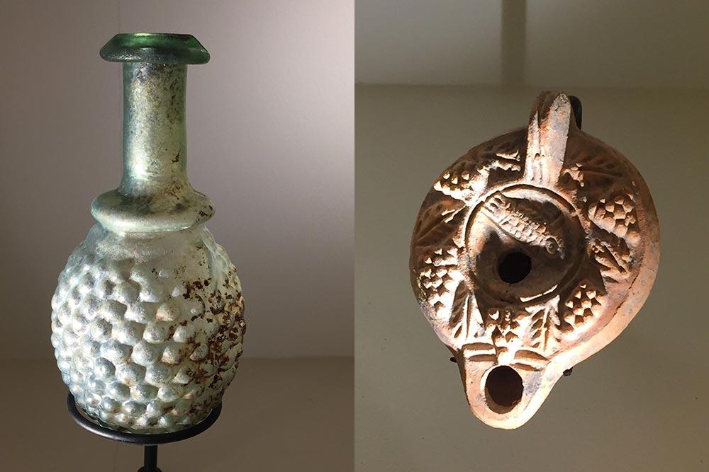 Flacon de verre romain en forme de grappe de raisin et lampe à huile romaine