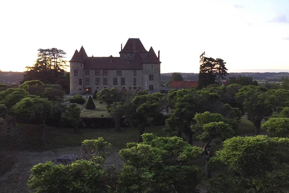Le château de Septème à la nuit tombante
