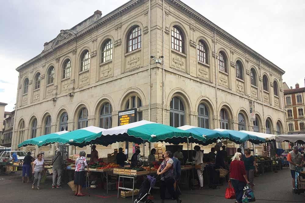 Plaisirs Gourmands - Le marché de Vienne au pied du musée des Beaux-Arts