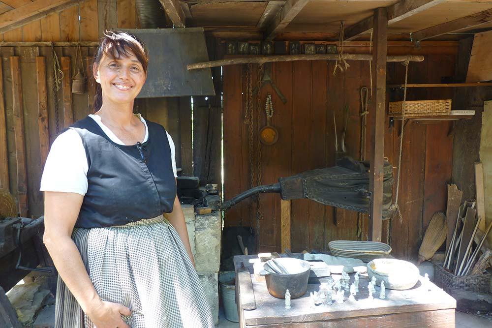 Florence Garcia en train de fabriquer des figurines en plomb