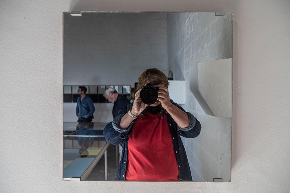 Plutôt que de regarder une image construite par l'artiste, les visiteurs sont confrontés à leur propre reflet dans un miroir. Ils questionnant ainsi la notion de la peinture comme représentation de la réalité.