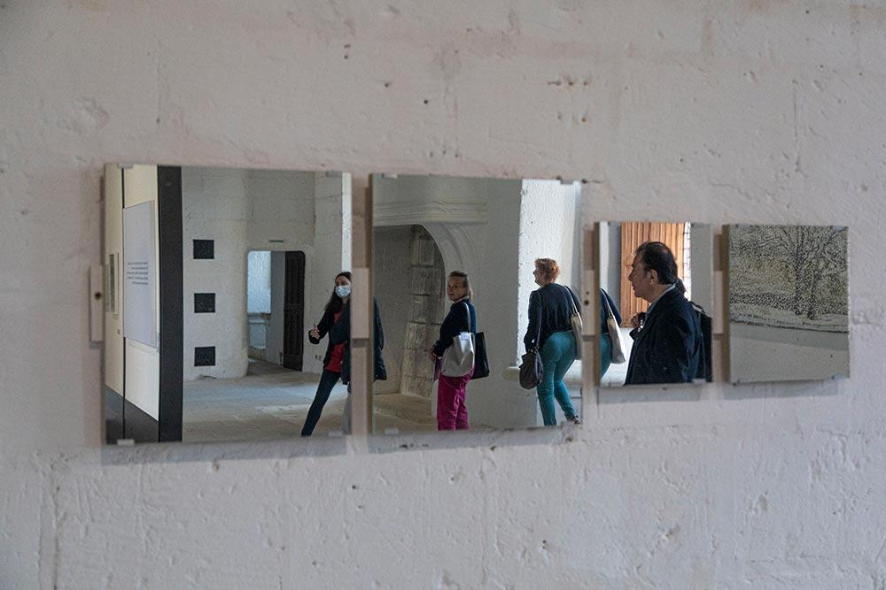 Les miroirs invitent à une réflexion autour de l'acte de voir et de regarder. Ils font du visiteur un acteur de l'œuvre et non-plus un simple regardeur.