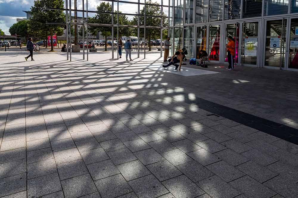 Ombres et lumières devant le théâtre du Quai