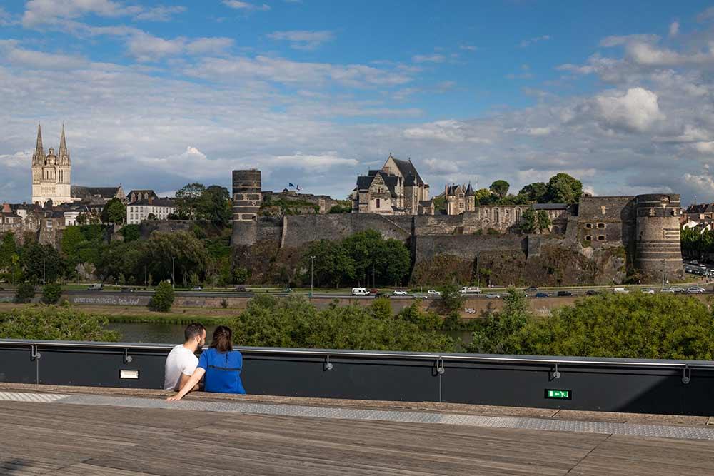 La terrasse du Théâtre du Quai offre une superbe vue sur le château