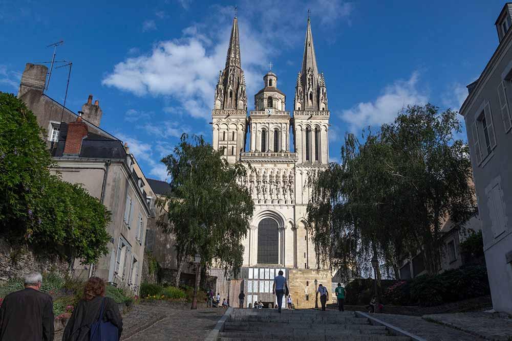 Anjou - Montée vers la cathédrale Saint-Maurice