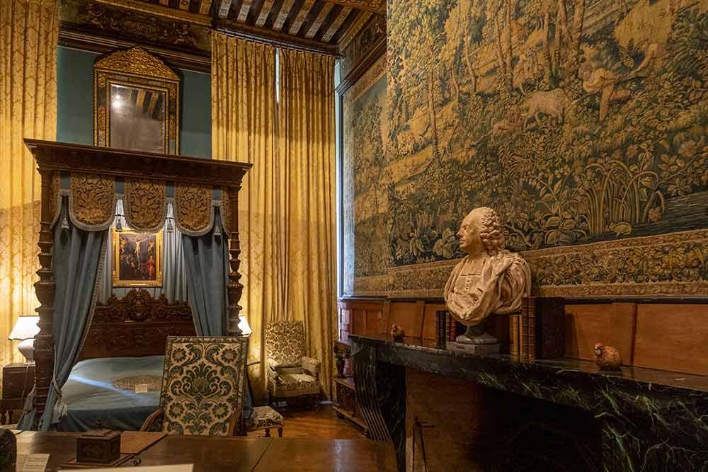 La chambre des chasses et son exceptionnelle tenture du XVIesiècle à motif d'animaux et de vénerie. Elle a appartenu à deux rois: Louis XIV et Louis Philippe.
