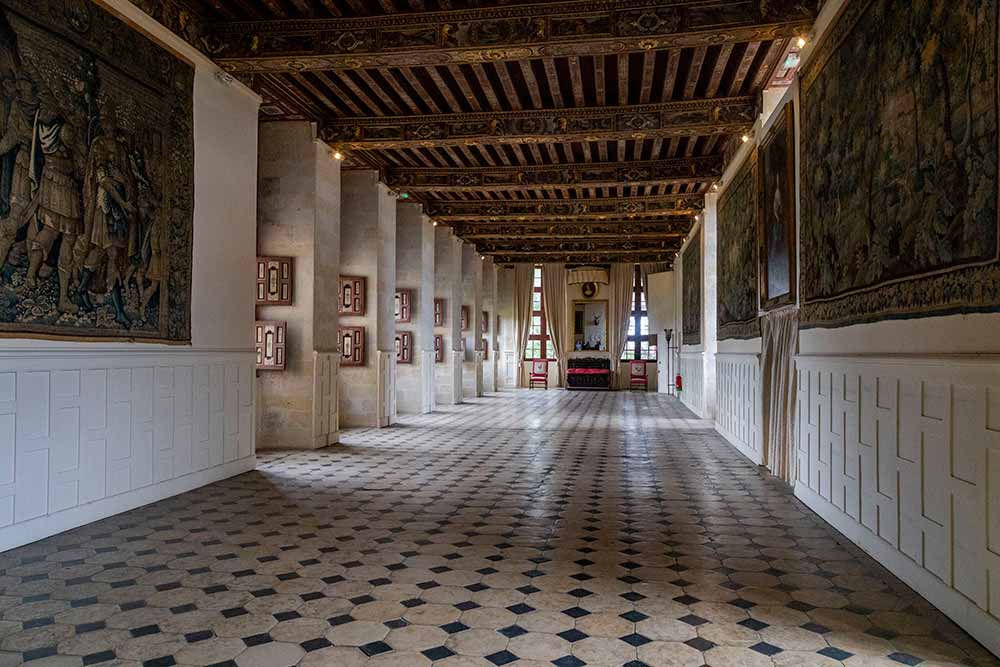 La Grande galerie (32 m), une des pièces principales du château, est destinée aux festivités. Ses murs sont ornés d'une centaine de petits tableaux.