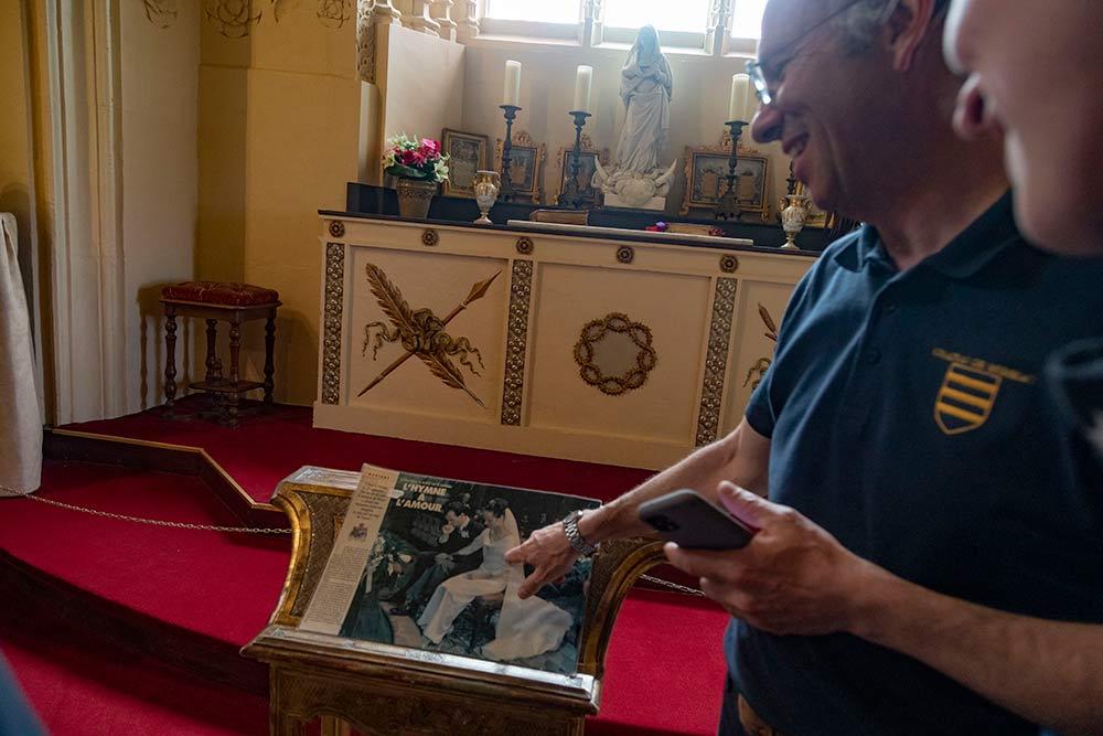 Charles-André de Brissac montre les photos d'un reportage réalisées dans la chapelle lors de son mariage.
