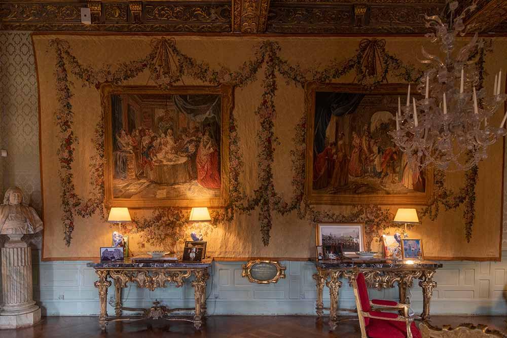 Dans le salon doré, deux tapisseries des Gobelins du XVIIIe siècle représentent deux épisodes de l'histoire de Don Quichotte (1782).