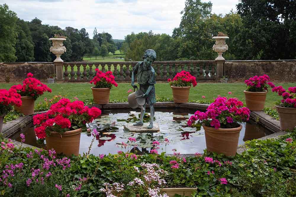 Une jolie fontaine à l'enfant à l'arrière du château.