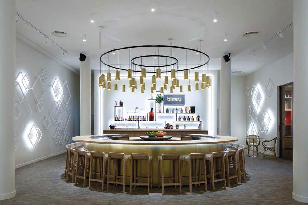 Un atelier cocktail, du zeste au shaker est proposé dans les visites de la Maison Cointreau.