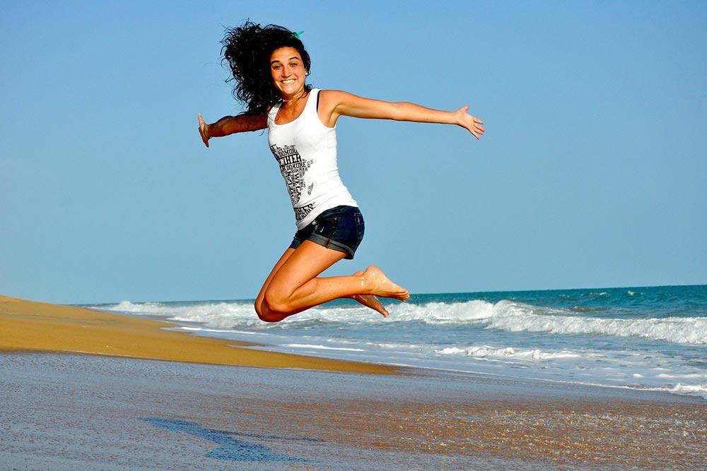 Jeune femme qui fait du sport à la plage