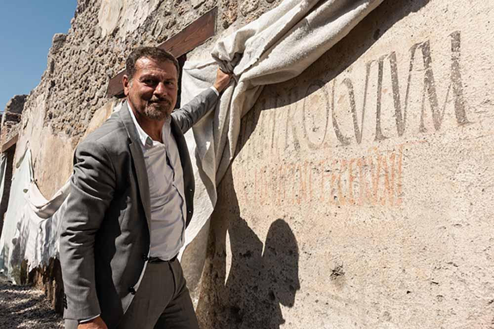 Massimo Osanna, directeur des fouilles dévoile une inscription électorale du 1er siècle.