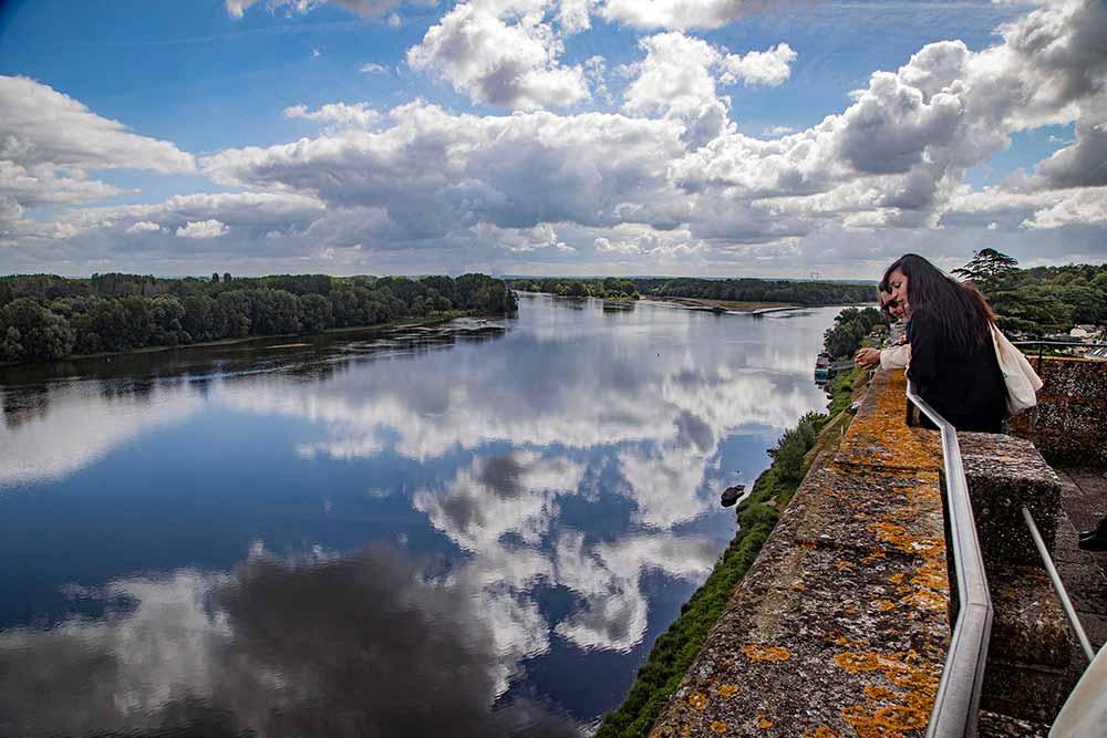 Sur la terrasse, la vue est extraordinaire sur la Loire, d'un côté…