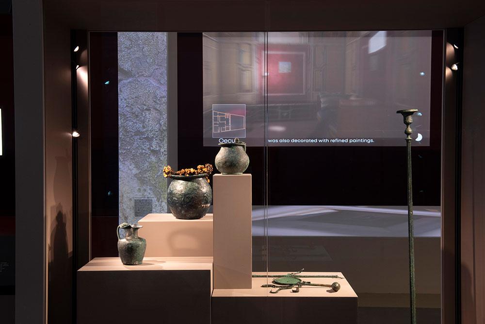 Vases et objets divers dans la vitrine.