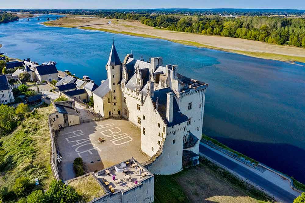 Majestueux château de Montsoreau. L'exposition démarre dans la cour! (©Château de Montsoreau)