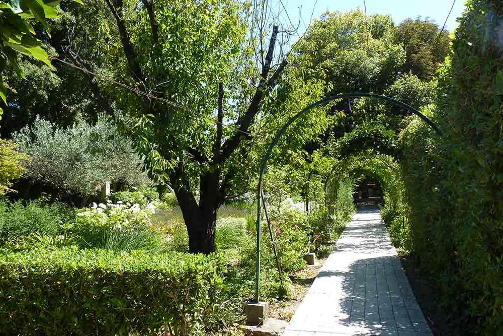Prieuré Beaumanière - Le jardin avec l'hôtel au bout de l'allée