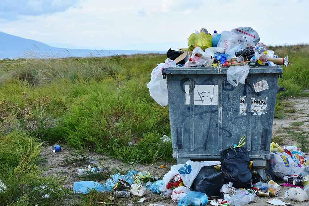 Recyclage - Les bennes à ordures débordes de déchets.