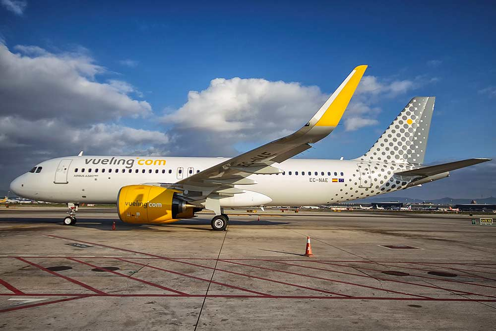 Vueling Airlines - est une compagnie aérienne à bas prix espagnole fondée en 2004 et ayant son siège à El Prat de Llobregat, près de Barcelone. Elle fait partie du groupe IAG.