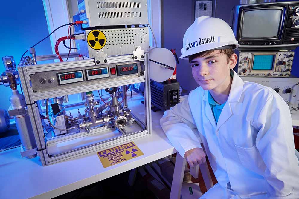 Jackson-Oswalt-USA : La plus jeune personne à réussir une fusion nucléaire. Page 135 du livre.