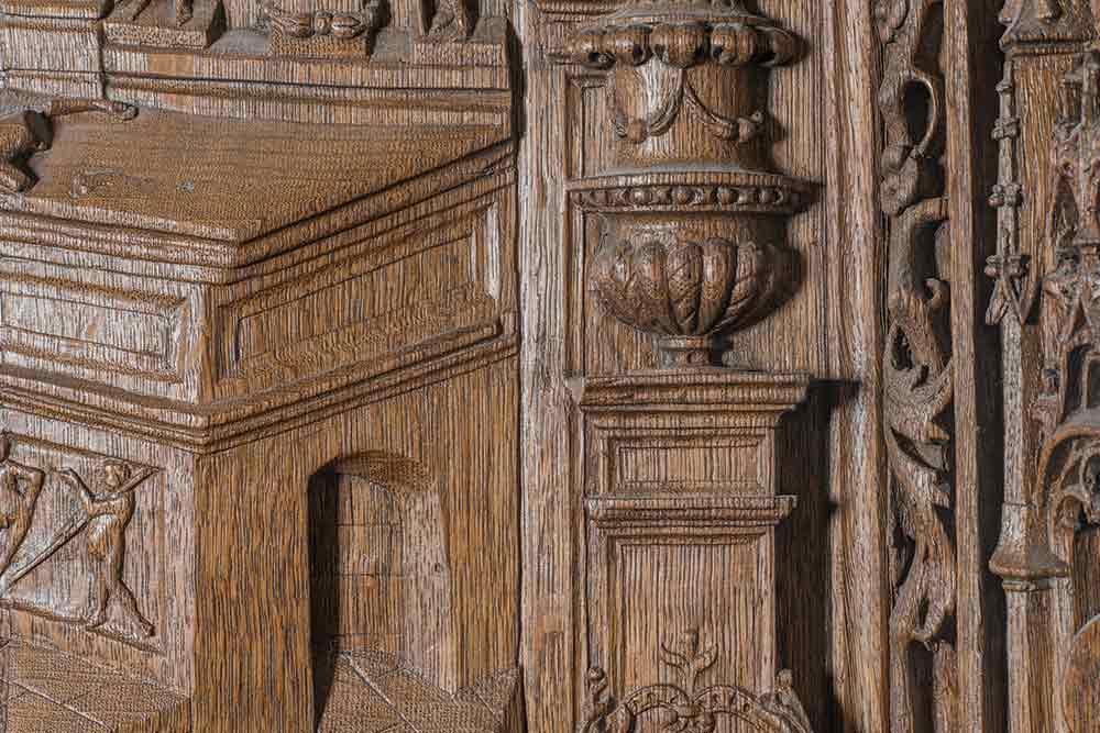 Bois - Stalles de la basilique Saint-Denis, 1550, détail. Chêne massif sculpté.