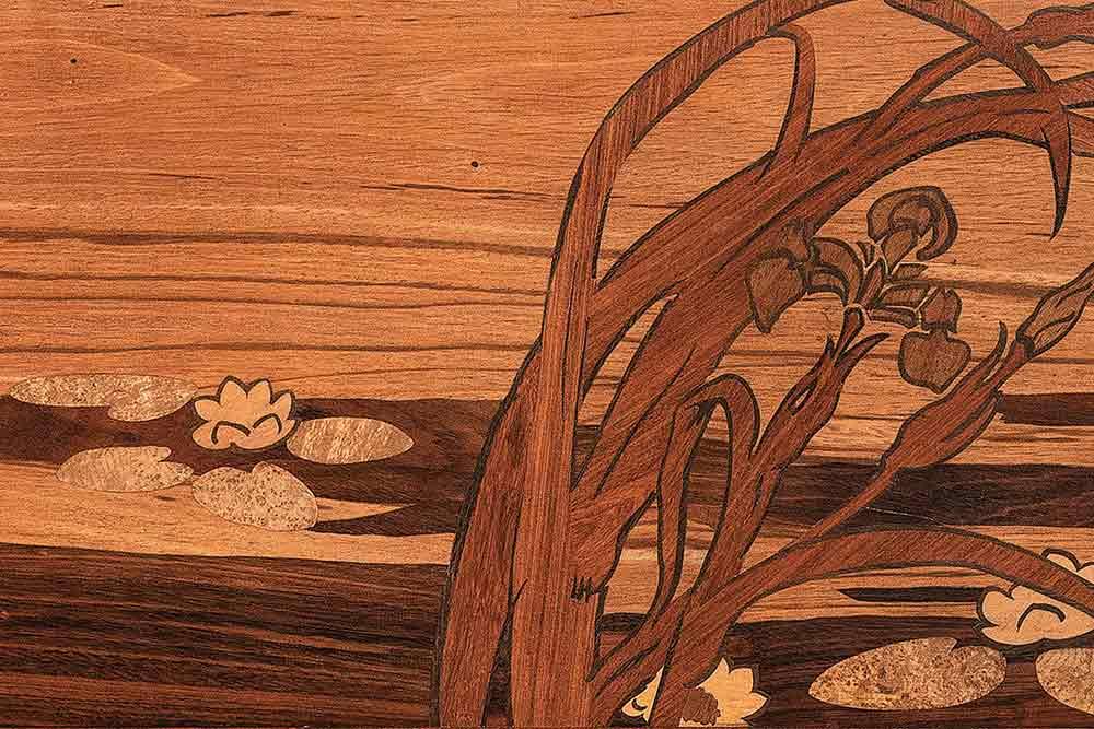 Bois - Vitrine Orchidées, Jacques Gruber, 1904, détail. Musée de l'École de Nancy. Atapa, « ébène » verte, gonçalo alves, houx, loupe de frêne.