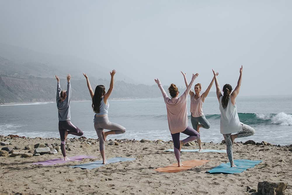 Séance de gymnastique sur la plage