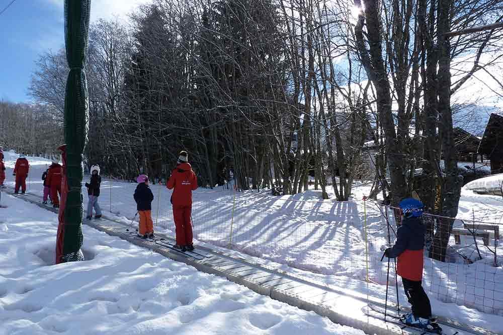 Tapis glissant remontant les enfants sur le plateau, en bas du Mont d'Arbois