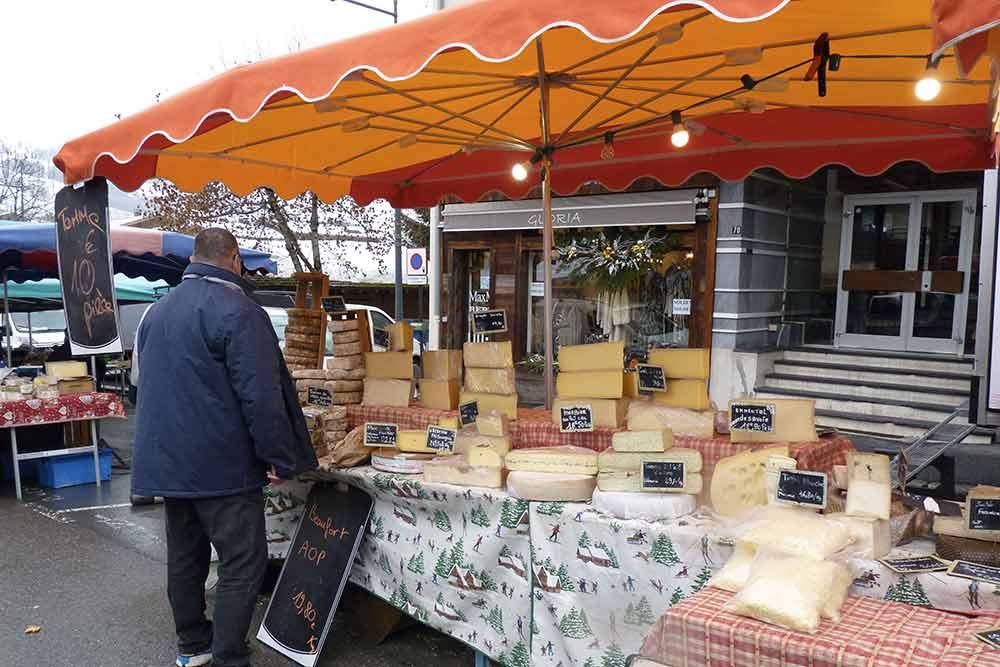 Etal de fromages savoyards sur le marché de Megève