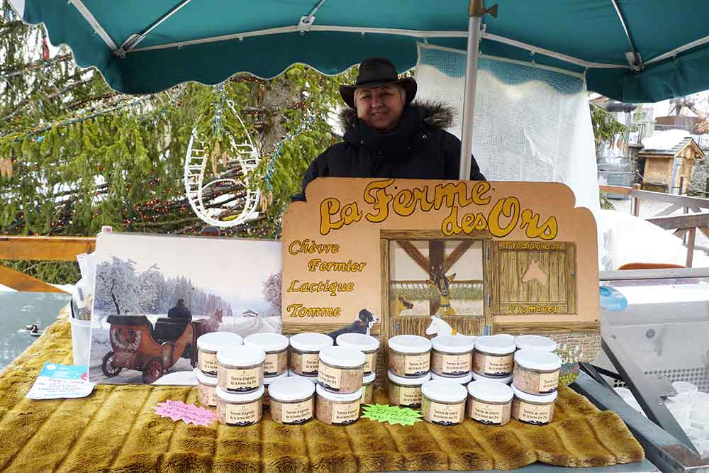 Une productrice de fromages sur le petit marché de la place de l'Eglise