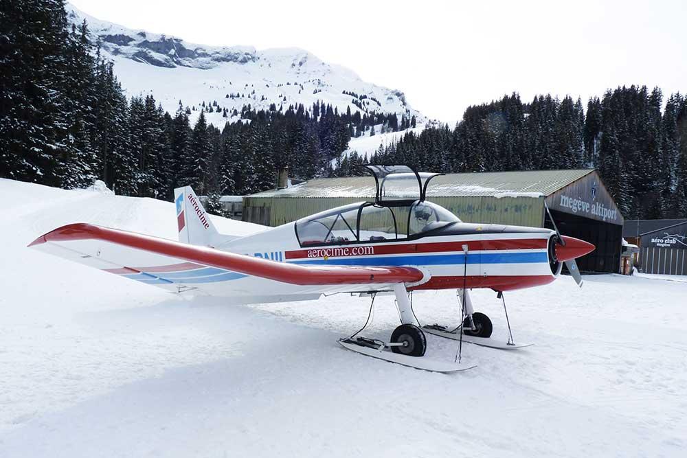 Monomoteur JODEL D140 «Mousquetaire» avec ses petits skis