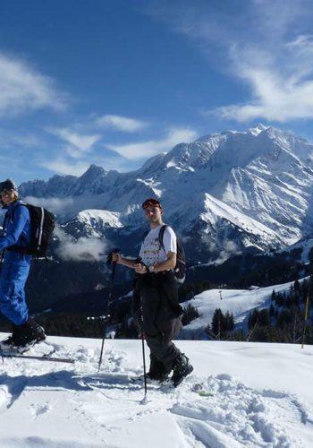 Elie et Camille en ski de randonnée, devant le Mont-Blanc, en haut du Mont d'Arbois