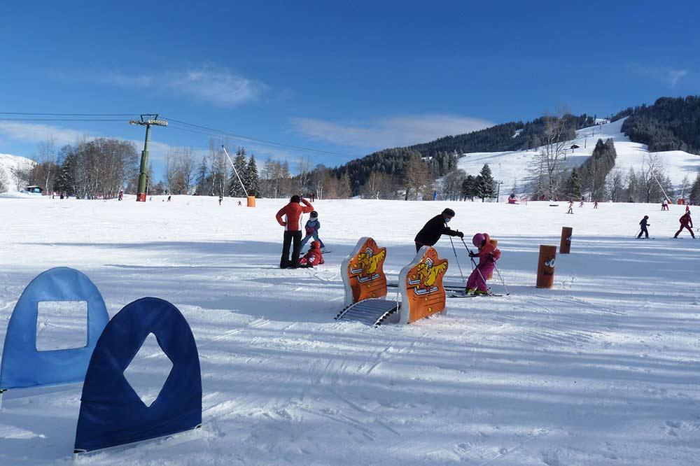 Mégève - Enfants apprenant à skier avec un petit «slalom»
