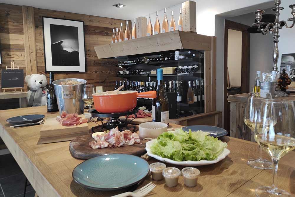 Charcuterie et fondue savoyarde accompagnent cette dégustation de vins