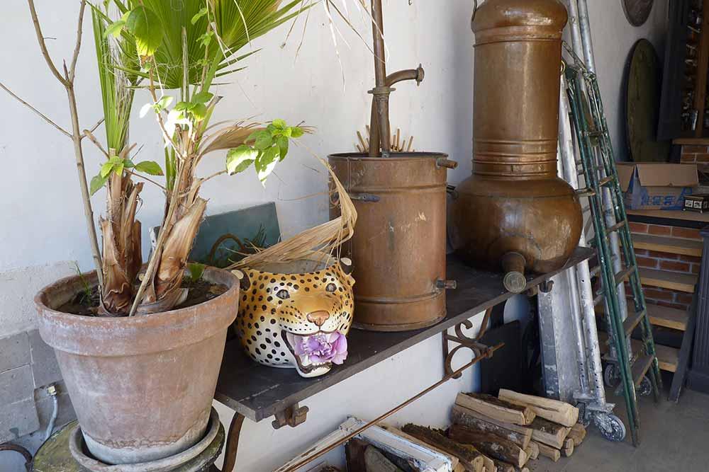 Une étagère du show-room: céramique et ustensiles servant à la distillation