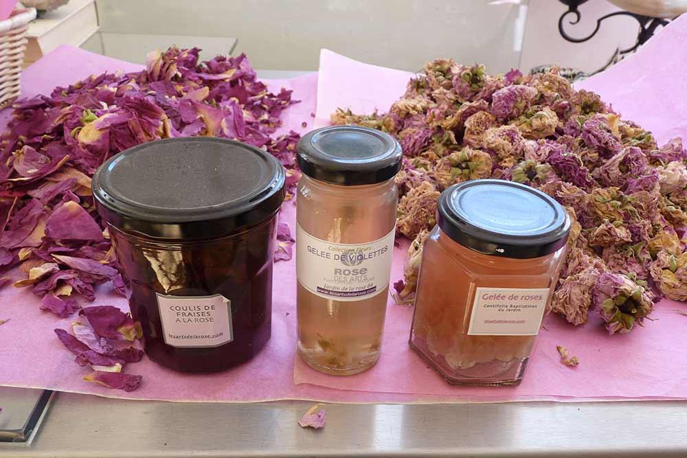 Au laboratoire: gelées de violettes, de roses et coulis de fraise. Pétales et fleurs de rose