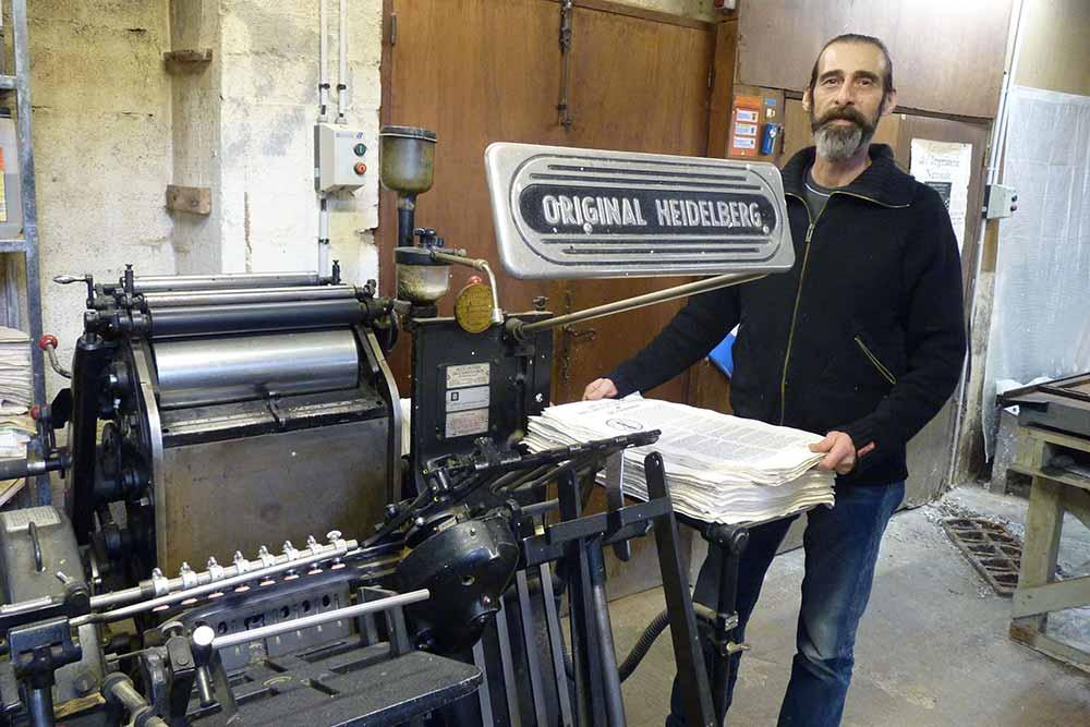 Gérard travaille depuis 22 ans à la fabrication de ce papier de très haute qualité
